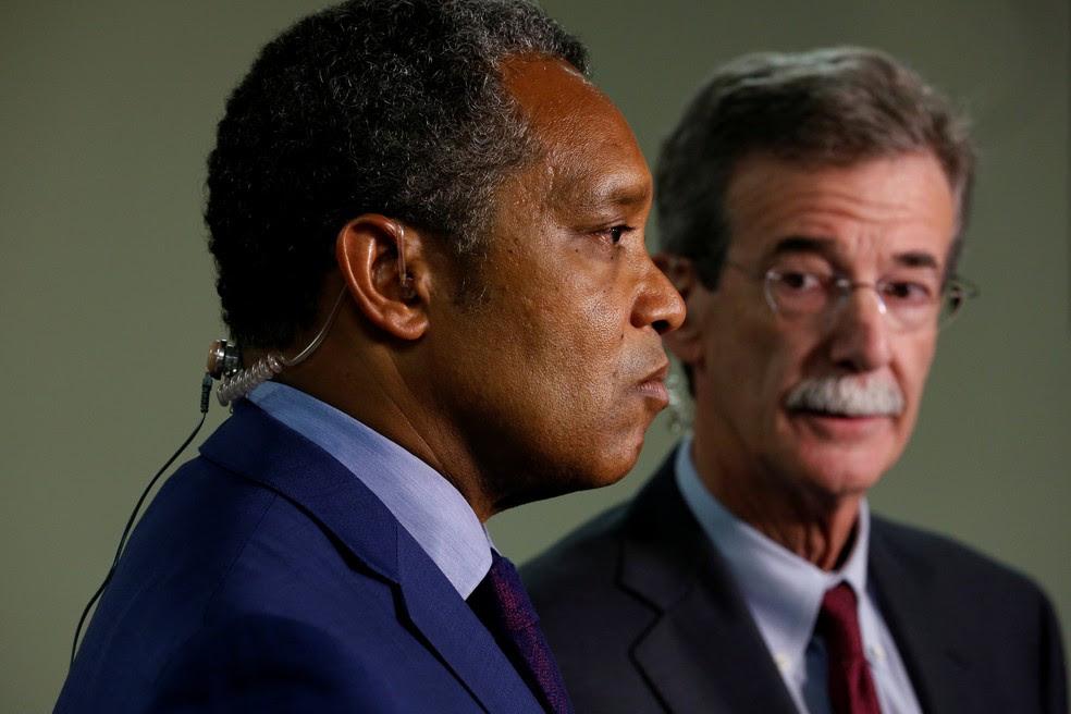 Karl Racine (esquerda) e Brian Frosh em entrevista coletiva após o anúncio da ação contra Trump (Foto: Jonathan Ernst/Reuters)