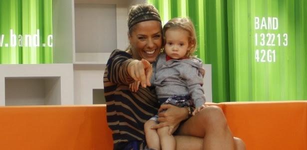 """A apresentadora Adriane Galisteu, quando recebeu uma visita do seu filho Vittorio no estúdio do programa """"Muito +"""" (19/3/12)"""