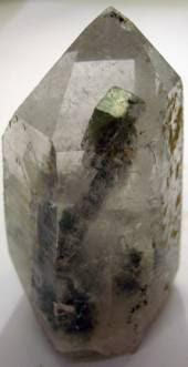 Cristal de quartzo com uma inclusão de calcopirite