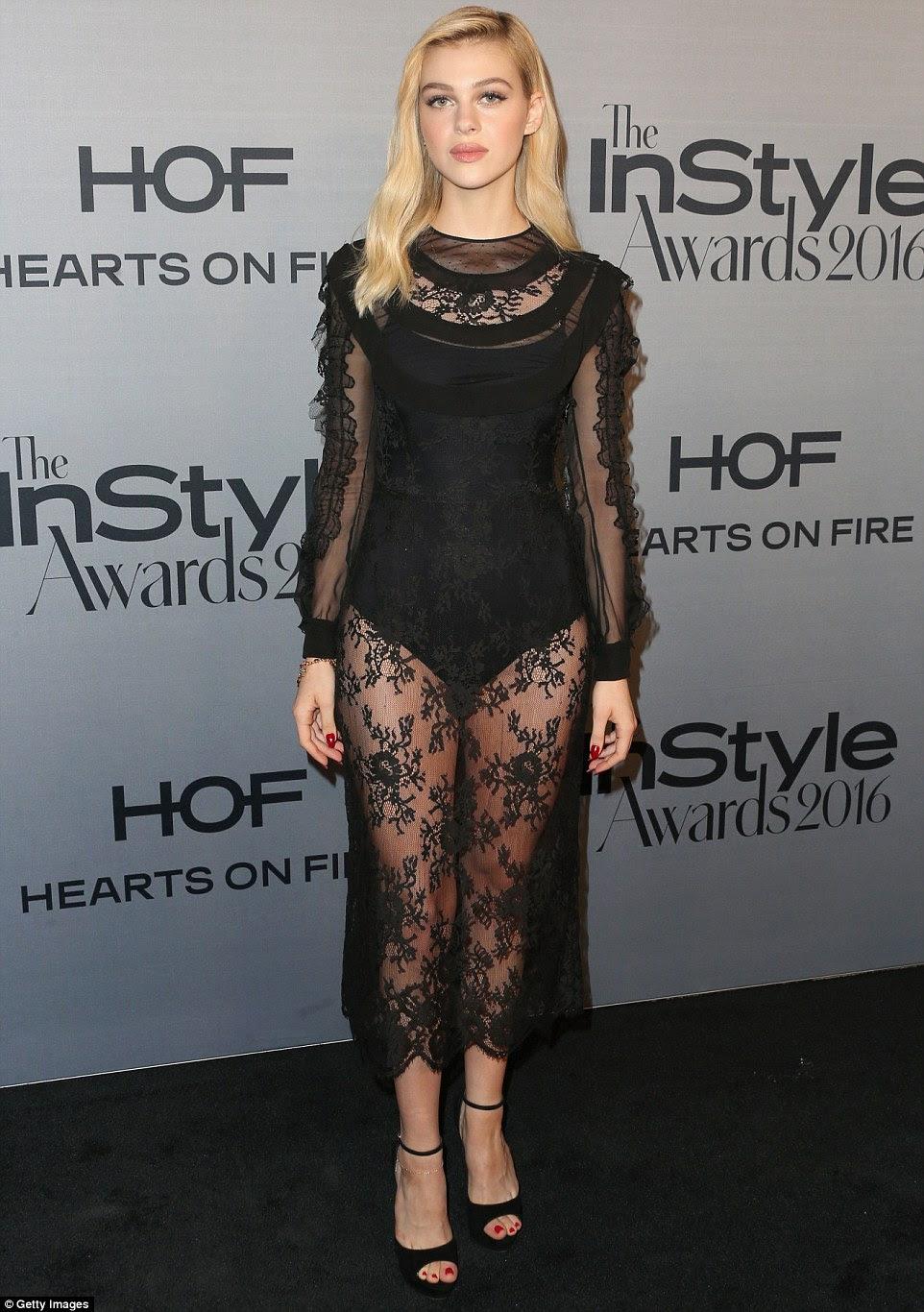 Um puro deleite: Nicola Peltz mostrou seu lado travesso em um vestido de renda preta que passou a calcinha