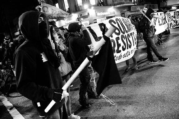 Marcha contra el desalojo de La Solidaria, ayer por la avenida 18 de julio, en Montevideo. /  Foto: Javier Calvelo