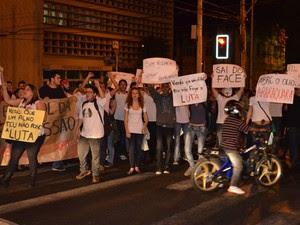 Manifestantes passaram no meio do trânsito em Araraquara, SP (Foto: Felipe Turioni/G1)