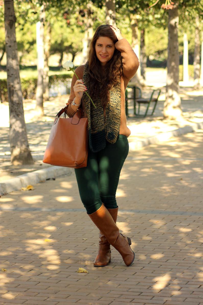 pantalones-verdes-con-jersey-marrón-heelsandroses-(1)