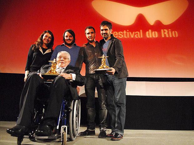 Chico Anysio (na cadeira de rodas) exibe o prêmio especial do júri junto com a equipe do longa 'A hora e a vez de Augusto Matraga' (Foto: Alexandre Durão/G1)