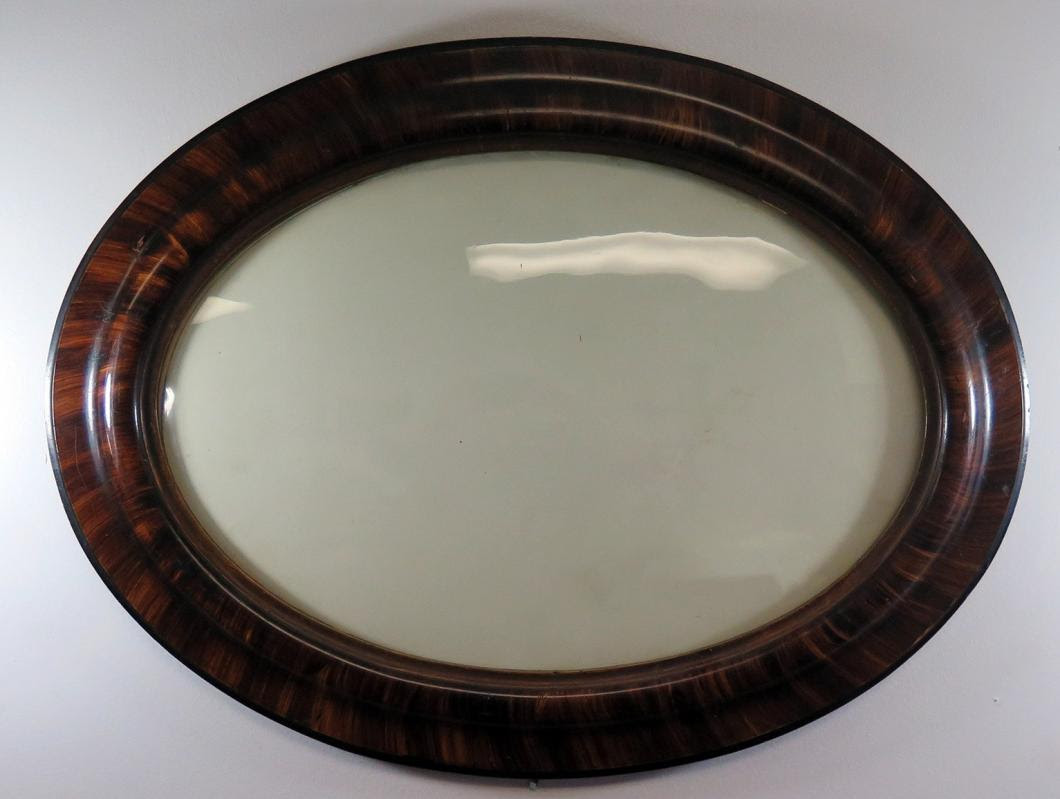 186 A Circa 1900 Oval Picture Frame With Convex Glass