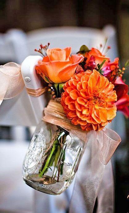 orange Blume Anordnung in a mason jar für die Hochzeit Gang Dekor