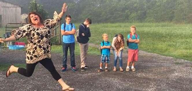 Mãe salta de alegria em foto para comemorar o fim das férias de seus filhos