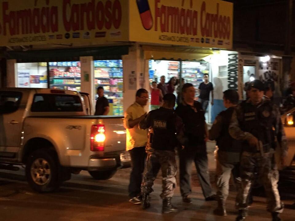 Flávio Dino, cercado de policiais, em segurança no Coroadinho