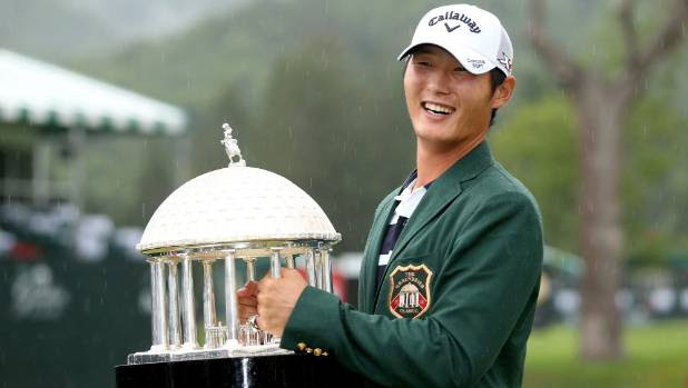 Danny Lee with Greenbrier trophy