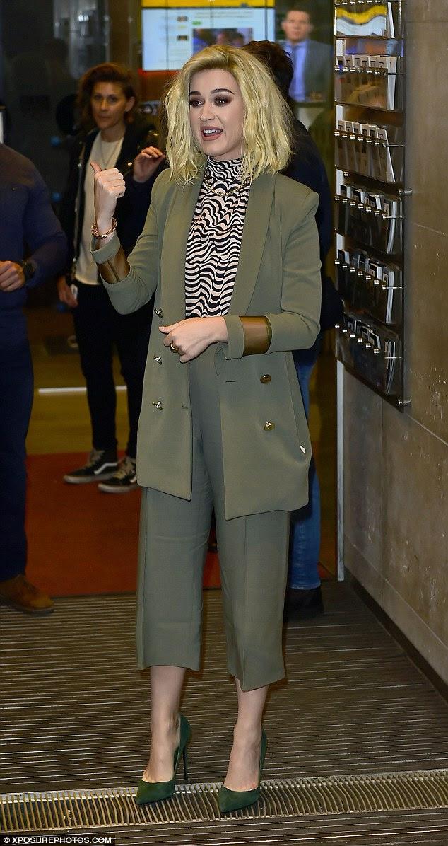 Turning heads: Katy Perry, de 32 anos, parecia elegante quando chegou aos estúdios da BBC Radio One em Londres na terça-feira