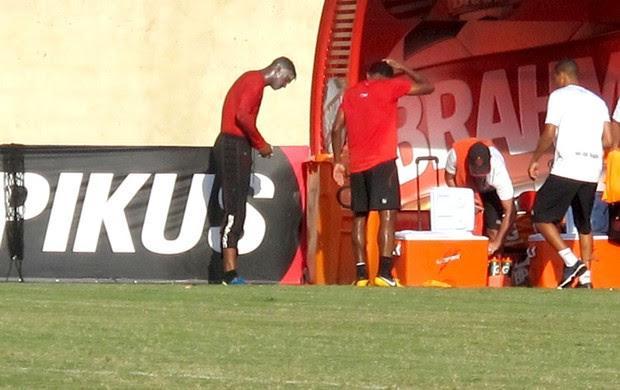 Felipe leva ovada no treino do Flamengo (Foto: Raphael Bózeo)