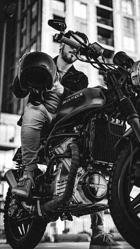 خلفيات ايفون كلاكسي خلفية دراجة هوائية مع رجل عليها بدقة عالية اج دي
