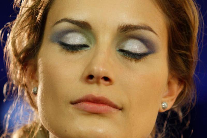O tom intermediário de azul do trio da Sombra Baked Navy Disc, aplicado na linha do côncavo, do meio para o final dos olhos, dará o efeito de profundidade. Para dar um acabamento legal, a dica é aplicar a cor mais escura do mesmo trio no canto externo dos olhos:imagem 2