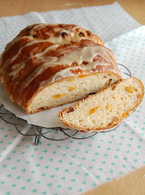 Maple-iced fruity Advent bread / Pão do Advento com frutas secas e glacê de xarope de bordo