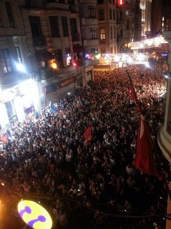 People take back Istiklal Ave. at 3AM