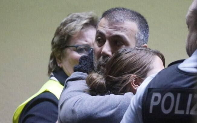 Familiares confortam parentes das vítimas do acidente com o voo 4U9525 (24/03/2015)  . Foto: AP