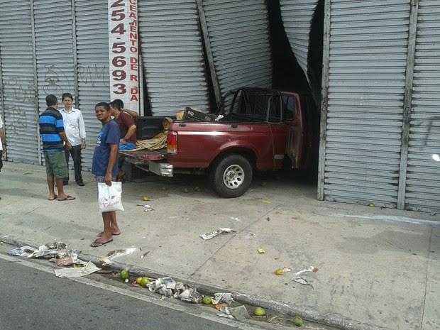 Veículo invadiu estabelecimento após colisão; ninguém ficou ferido (Foto: G1)