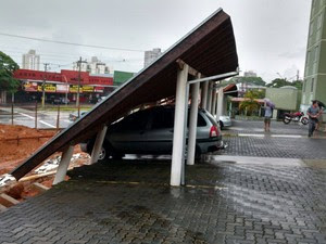 Piso de estacionamento cede e telhado cai sobre carros (Foto: Arquivo Pessoal/Eduardo Azanello)