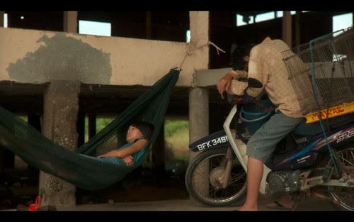 Fei (Chong Shun Yuan) and Li Li (Foo Fei Ling) hanging out [WOMAN ON FIRE LOOKS FOR WATER]