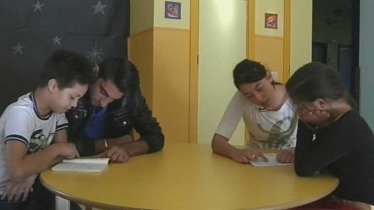 Alumnos de la ESO que ayudan a aprender a los más pequeños