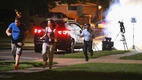 TV tripulação em fuga depois de receber gás lacrimogêneo perto de seu equipamento.