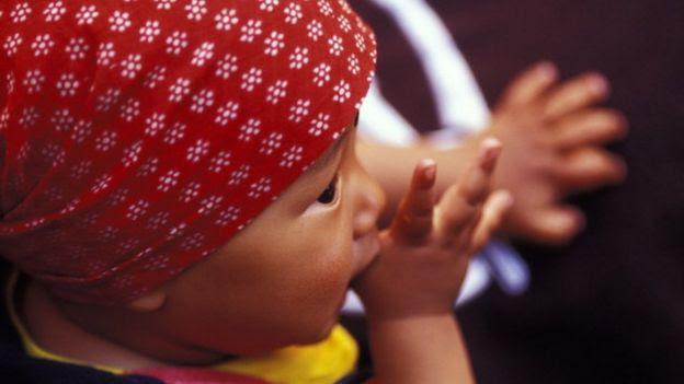 Bebé chupándose el pulgar.