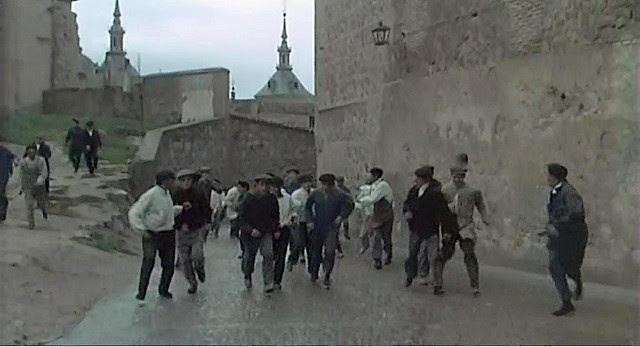 """Calle de El Salvador (Antigua Portería de la Trinidad o Cuesta de la Portería), Toledo, en 1969 (Captura de """"Tristana"""" de Buñuel)"""