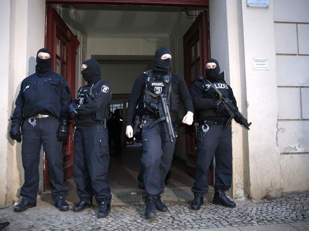 Policiais de Berlim fazem operação contra atentados no país nesta sexta-feira (16). Dois cidadãos turcos foram detidos (Foto: Fabrizio Bensch/Reuters)