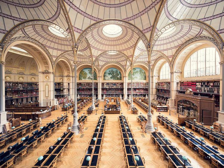 perierga.gr - Βιβλιοθήκες φωτογραφίζονται σε απόλυτη συμμετρία!
