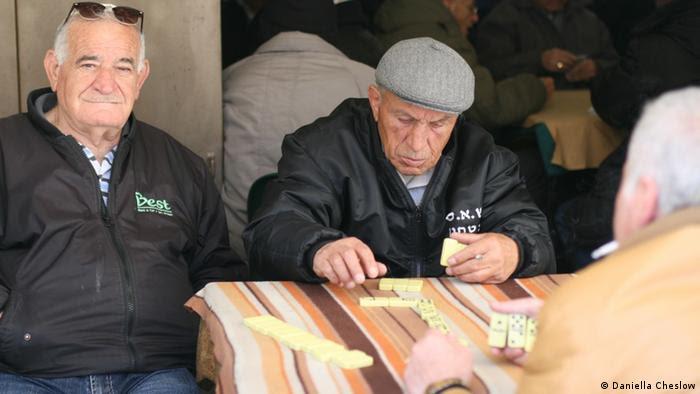 Men play dominoes at the Machane Yehuda Market, Jerusalem, Israel in April 2013 (Foto: Daniella Cheslow)