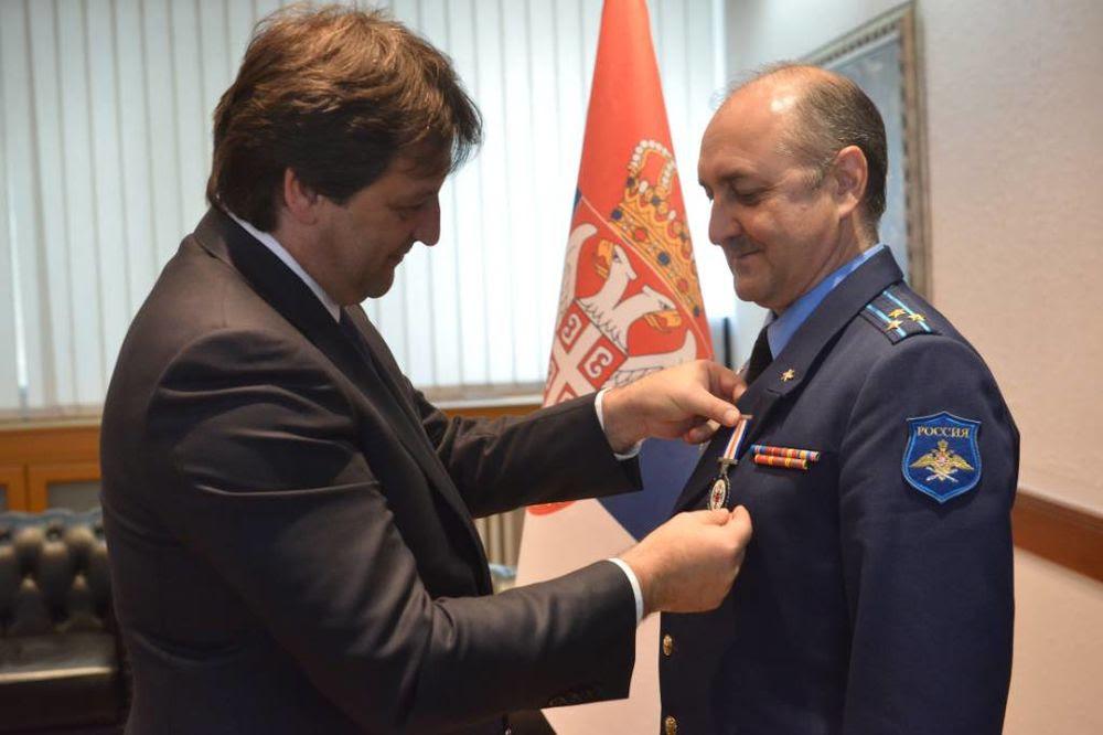 ODLIKOVAN RUSKI VOJNI IZASLANIK: Gašić uručio medalju pukovniku Volkovu