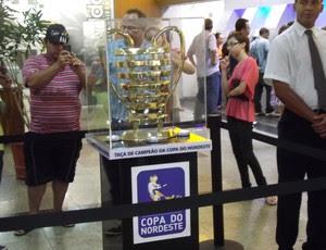 Taça da Copa do Nordeste passa por Campina Grande (Foto: Silas Batista / Globoesporte.com/pb)