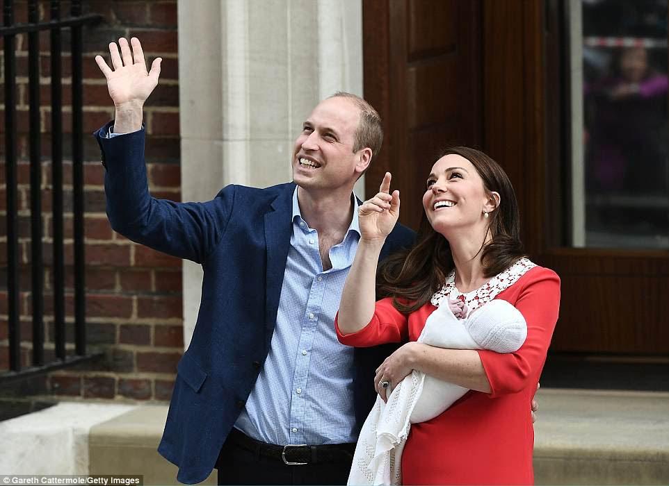 El príncipe William y Kate ahora han conducido a casa desde el hospital con su tercer hijo