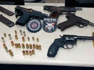 Armas usadas pelos assaltantes que invadiram a empresa em Vitória da Conquista (Foto: Blog Blitz Conquista)