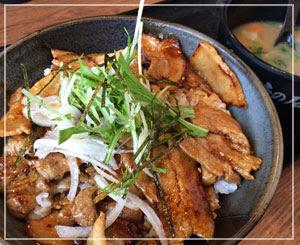 お昼は「すた丼」、季節メニューの「十勝風豚丼」を。