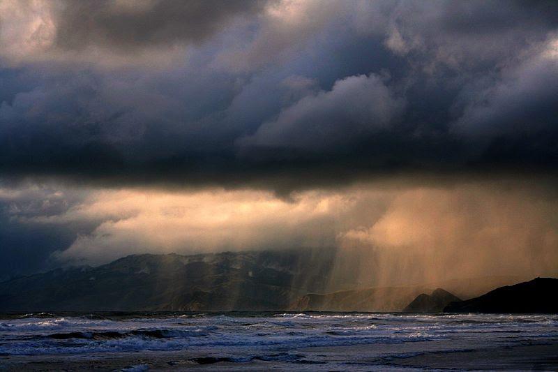 ملف:Rain ot ocean beach.jpg