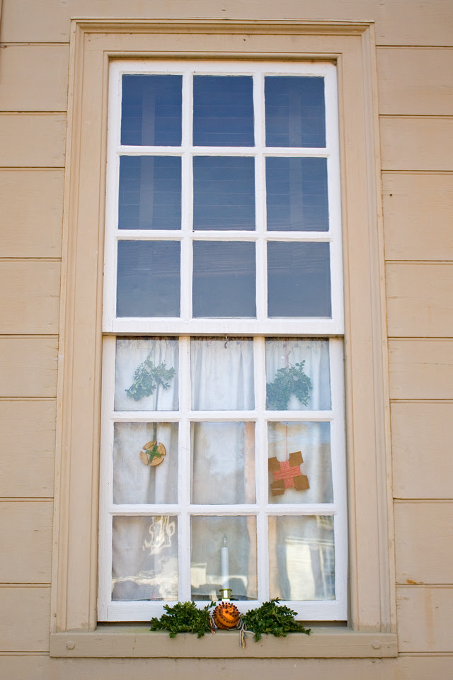 Christmas window at Colonial Williamsburg via foobella.blogspot.com