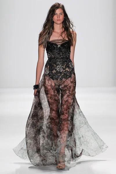Modelo camina la pasarela en el fashion show de Badgley Mischka — Foto de Stock #57868657