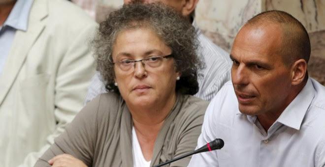 El exministro de Finanzas griego, Yanis Varoufakis, sentado entre los diputados de Syriza, en una intervención en el Parlamento heleno. REUTERS/Christian Hartmann