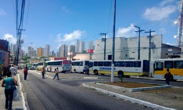 Motoristas pararam ônibus na Av. Bernardo Vieira, nas proximidades do shopping Midway Mall, na zona Leste de Natal (Foto: Fred Carvalho/G1)