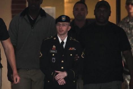 El soldado Bradley Manning, ayer, saliendo del juicio. | Reuters