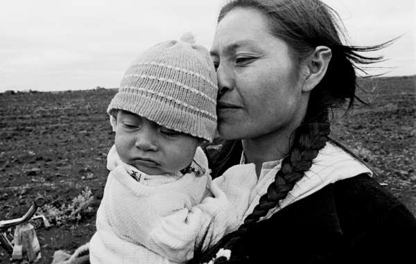 Los pueblos indígenas congregan alrededor del 5% de la población de Uruguay entre los que se incluyen los indígenas guaraníes. (Mujer guaraní con su hijo en Brasil).
