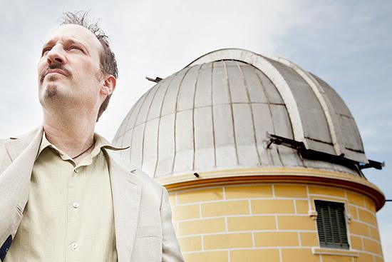 O pesquisador americano Edwin Bergin perto de luneta do Observatório Nacional, do Rio