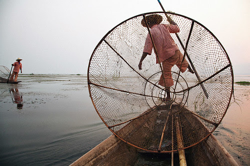 Traditional Fishing - Inle Lake, Myanmar por Maciej Dakowicz