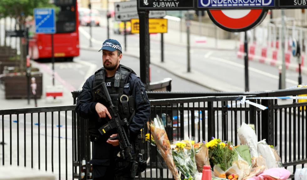 Un policía patrulla en el lugar del ataque terrorista