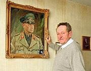 Josep Pan davanti ad un quadro di Rommel