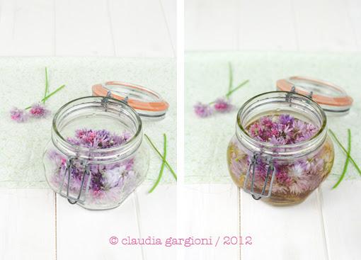 aceto con i fiori di erba cipollina
