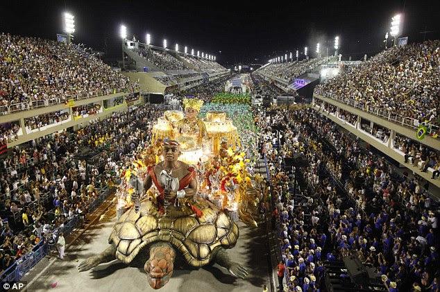 Rastejando: A Imperatriz Leopoldinense escola de samba desfila durante as comemorações do carnaval no Sambódromo, no Rio de Janeiro