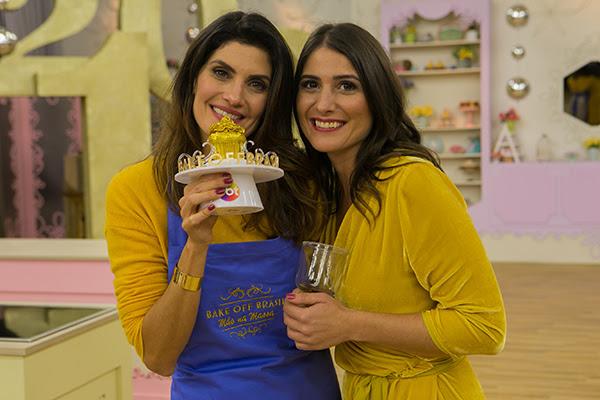 Isabella e Carol Fiorentino sorriem com o troféu