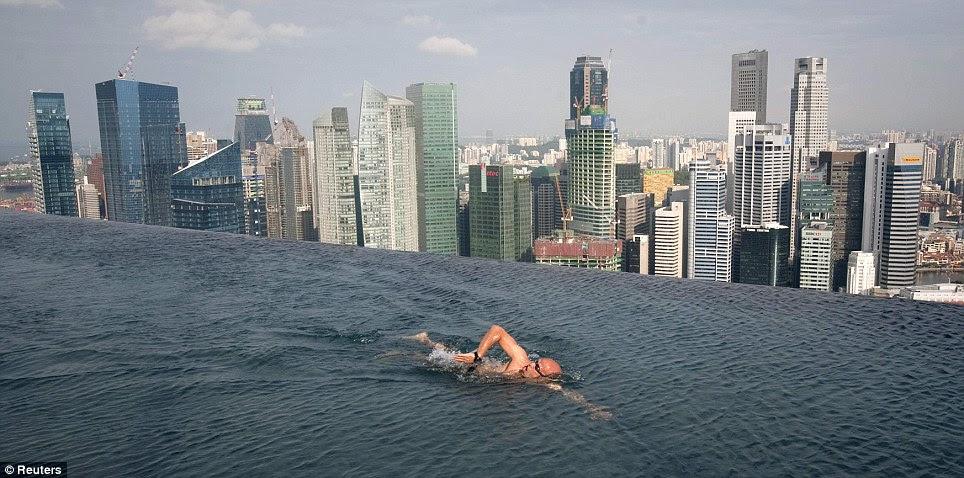 No mires hacia abajo: A nada de huéspedes en la piscina de la Skypark que encabeza la Marina Bay Sands torres - 55 historias sobre la ciudad de Singapur ayer